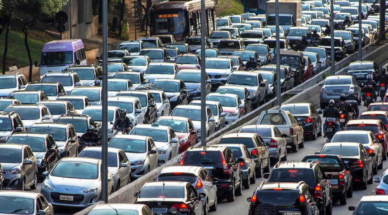 Italiani: ogni anno 23 giorni nel traffico